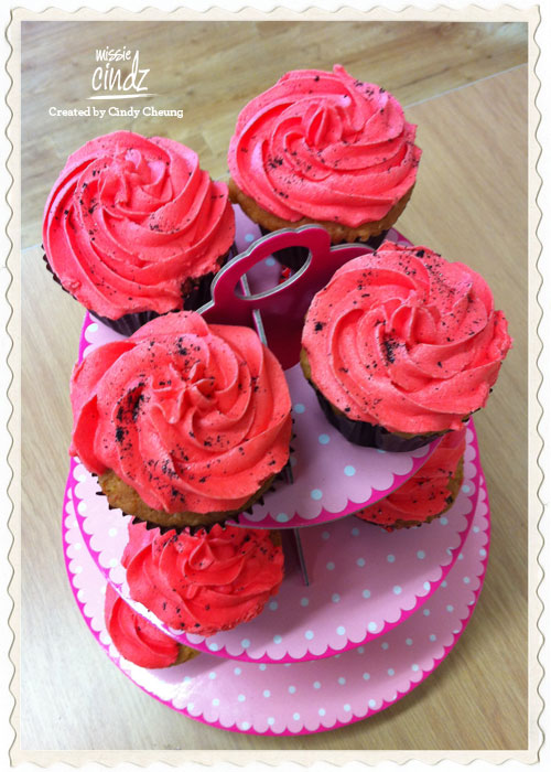 Strawberry and vanilla 'fully loaded' cupcakes – awesome colours!