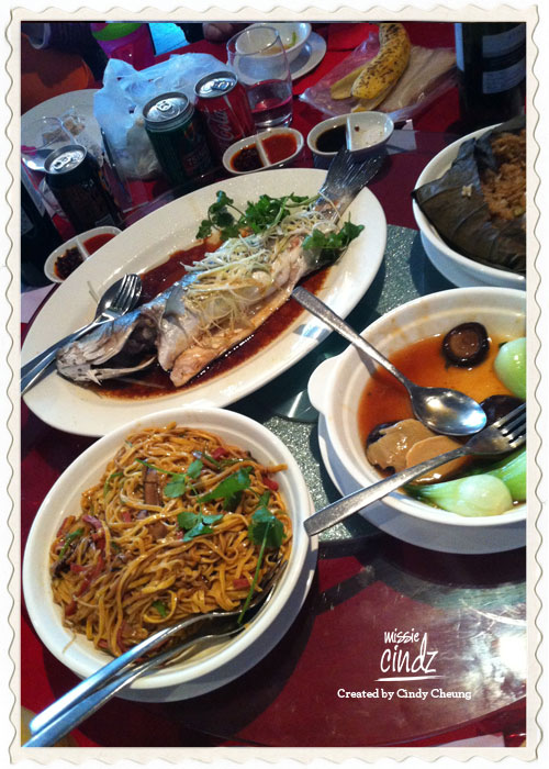 The fat Chinese wedding served with plateful of noodles and fried rice